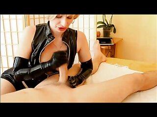 Los tobillos cruzados están encadenados al cuello. sexo completo en español
